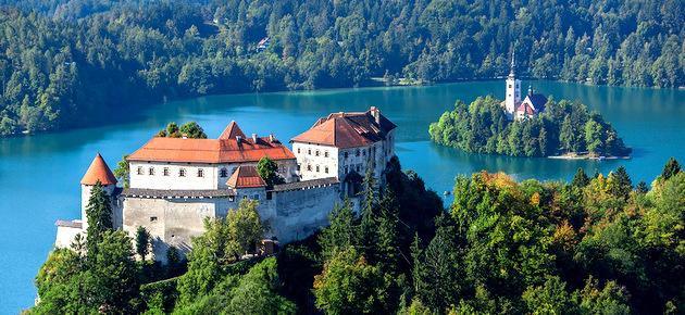 Roteiro Balcãs: Panorâmica de Bled com o Castelo de Bled e lago Bled