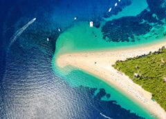 Playa de Zlatni rat en Brac, Croacia