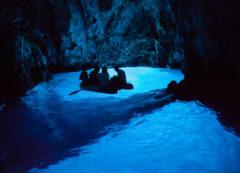 Cueva azul cerca de la isla de Vis, Croacia