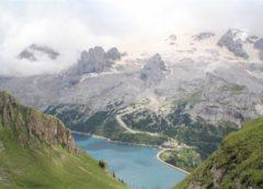 Lago de Fedaia debajo de la Marmolada