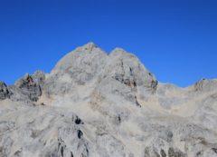 Vista impresionante de Triglav con los refugios
