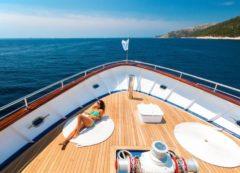 Disfrutando en la cubietra del barco