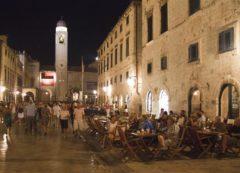 Las plazas se llenan de vida por las noches