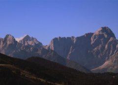 El Monte Forno en frente con los Alpes Julianos