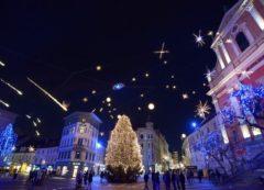 Las luces en la plaza principal en Liubliana