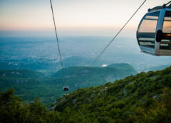 El teleférico del Parque Nacional de Dajti sobre Tirana, Albania