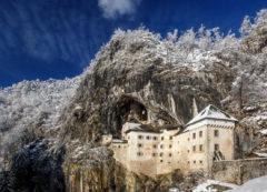 Castillo de Predjama en invierno
