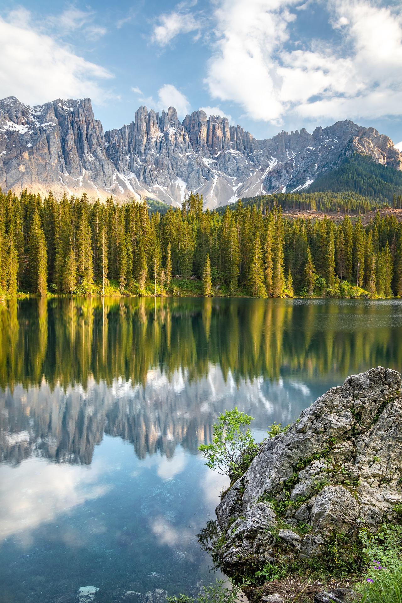 Lago de Carezza en Dolomitas en Italia